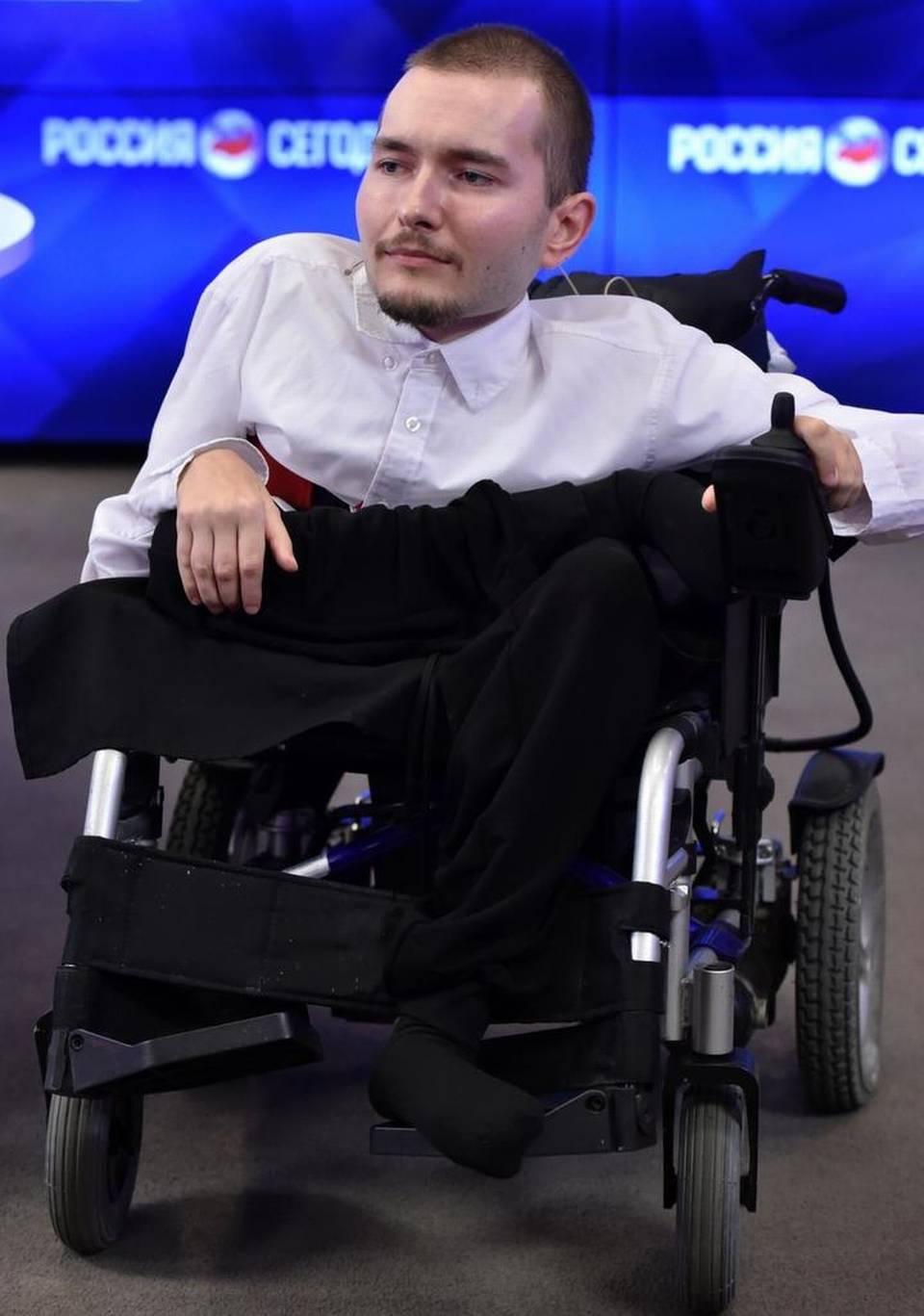 El ruso Valeri Spiridónov, el primer hombre cuya cabeza podría ser trasplantada a un nuevo cuerpo, presentó hoy un proyecto de silla de rueda con piloto automático.