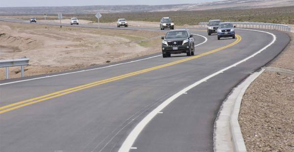 Vehículos oficiales del Gobierno inauguraron la carretera en Uyuni