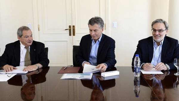 Mauricio Macri, junto al ministro de Salud, Jorge Lemus, en la residencia de Olivos (Presidencia)