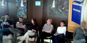 Autores leen fragmentos de sus obras en un café