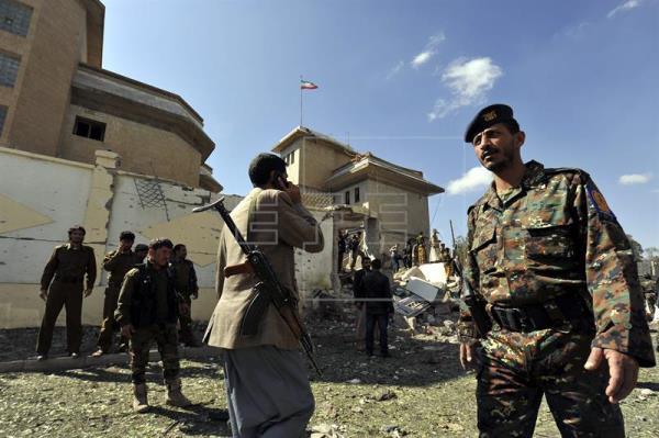 Soldados yemeníes inspeccionan la zona tras la explosión de un coche bomba. EFE/Archivo
