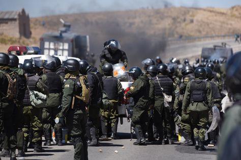 Enfrentamientos entre policías y cooperativistas mineros en la localidad de Panduro.