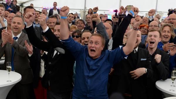 Los miembros del partido de ultraderecha xenófoba celebran los resultados de las elecciones en Mecklenburg-Western Pomerania.  (Daniel Bockwoldt/dpa via AP)