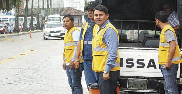 Carlos Alberto Moreira con una brigada en el parque El Arenal
