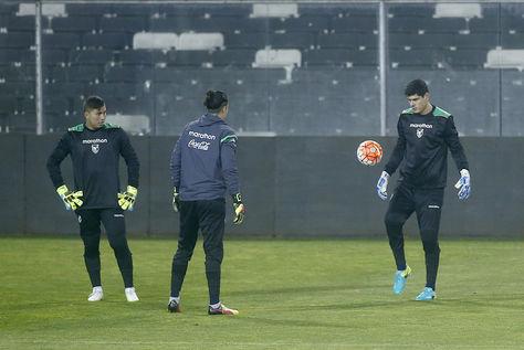 Los goleros de Bolivia Romel Quiñónez (izq.), Guillermo Viscarra y Carlos Lampe, en el entrenamiento de reconocimiento en Chile. (Foto: EFE).