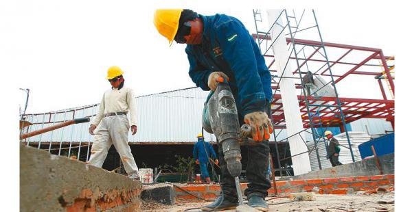 Aprestos en el campo ferial expositores trabajan en las mejoras de sus áreas de exhibición Un 'ejército' de trabajadores de la construcción suda la gota gorda. Trabajan en tres turnos