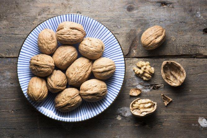 Los frutos secos mejoran la función del corazón, son activos en la lucha contra el cáncer, reducen el riesgo de alzhéimer... ¿Y a quién no le gustan? No son únicamente ingredientes de postres y ensaladas. ¿Se atreve con un arroz rojo con calabaza, champiñones y nueces?