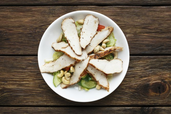 Pollo o pavo, usted elige. Y también su nivel de elaboración. Además de los clásicos como la ensalada César y los filetes a la plancha, pruebe a complicarse la vida con un estofado, un pavo a la naranja o unos muslos de pollo al horno. O no.