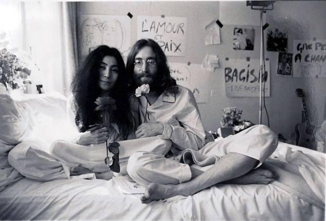 """John Lennon:  """"Hoy en día está de moda no estar casado. A mi no me interesa estar a la moda"""". El icónico matrimonio de John Lennon y Yoko Ono comenzó en 1969, tras tres años de relación durante los cuales siguió casado con su anterior mujer, Cynthia. La pareja se dio el sí quiero en una breve ceremonia oficiada en Gibraltar, donde por la condición de británico de Lennon no hubo ningún problema."""