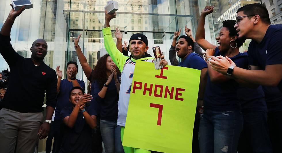 Uno de los primeros compradores del iPhone 7 en la tienda de Apple en Manhattan.