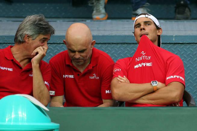 El doctor Cotorro, a la izquierda de la imagen, en la reciente eliminatoria de la Davis en la que jugó Nadal. (EFE)