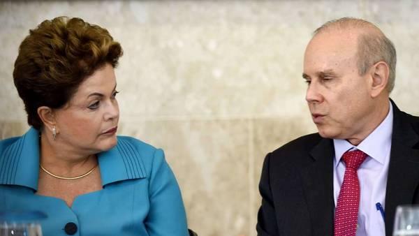 La ex presidenta Dilma Rousseff junto a su entonces ministro de Economía, Guido Mantega, en 2014. / AFP