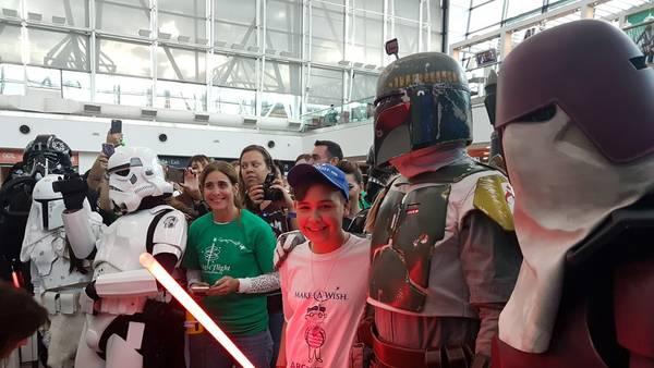 """""""Star Wars"""" saluda en Ezeiza a un chico con un linfoma que viaja a Disney."""