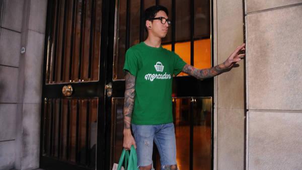 Entrega. Un comprador llega con el pedido para una clienta de Recoleta. El sistema ya tiene 75 mil usuarios en Capital. MARTIN BONETTO