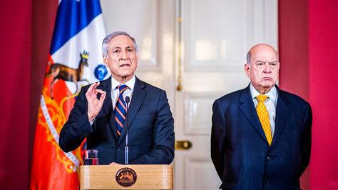 El canciller Heraldo Muñoz (i) y el agente de Chile ante La Haya para la demanda marítima bolivia, José Miguel Insulza