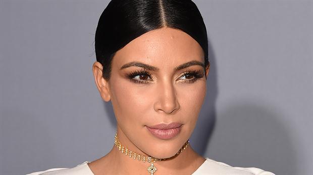 Los peinados tirantes de la diva mediática son su mejor opción cuando se trata de alargar la frecuencia con la que utiliza un shampú, que igualmente es uno hipernatural libre de químicos