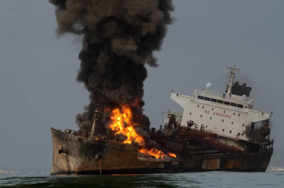 Buque de Pemex que explotó y se incendió frente a la costa de Veracruz.