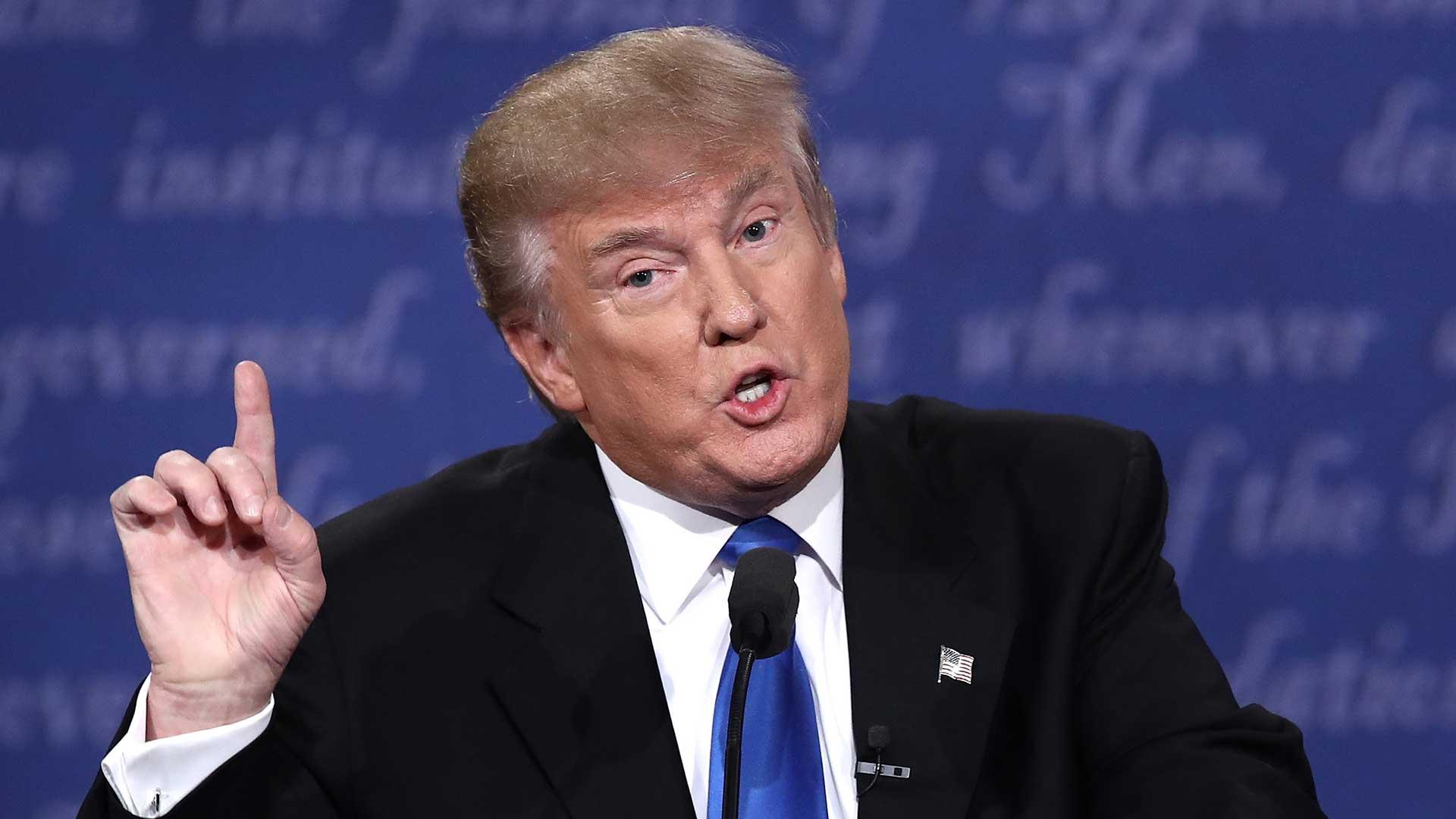 """(AFP) Clinton había sugerido que el magnate está escondiendo su declaración jurada porque oculta """"algo terrible"""", como un bajo porcentaje de impuestos o pocas contribuciones de caridad"""