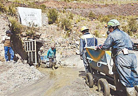 yacimiento. Trabajadores mineros de Amayapampa en la bocamina Virtus.