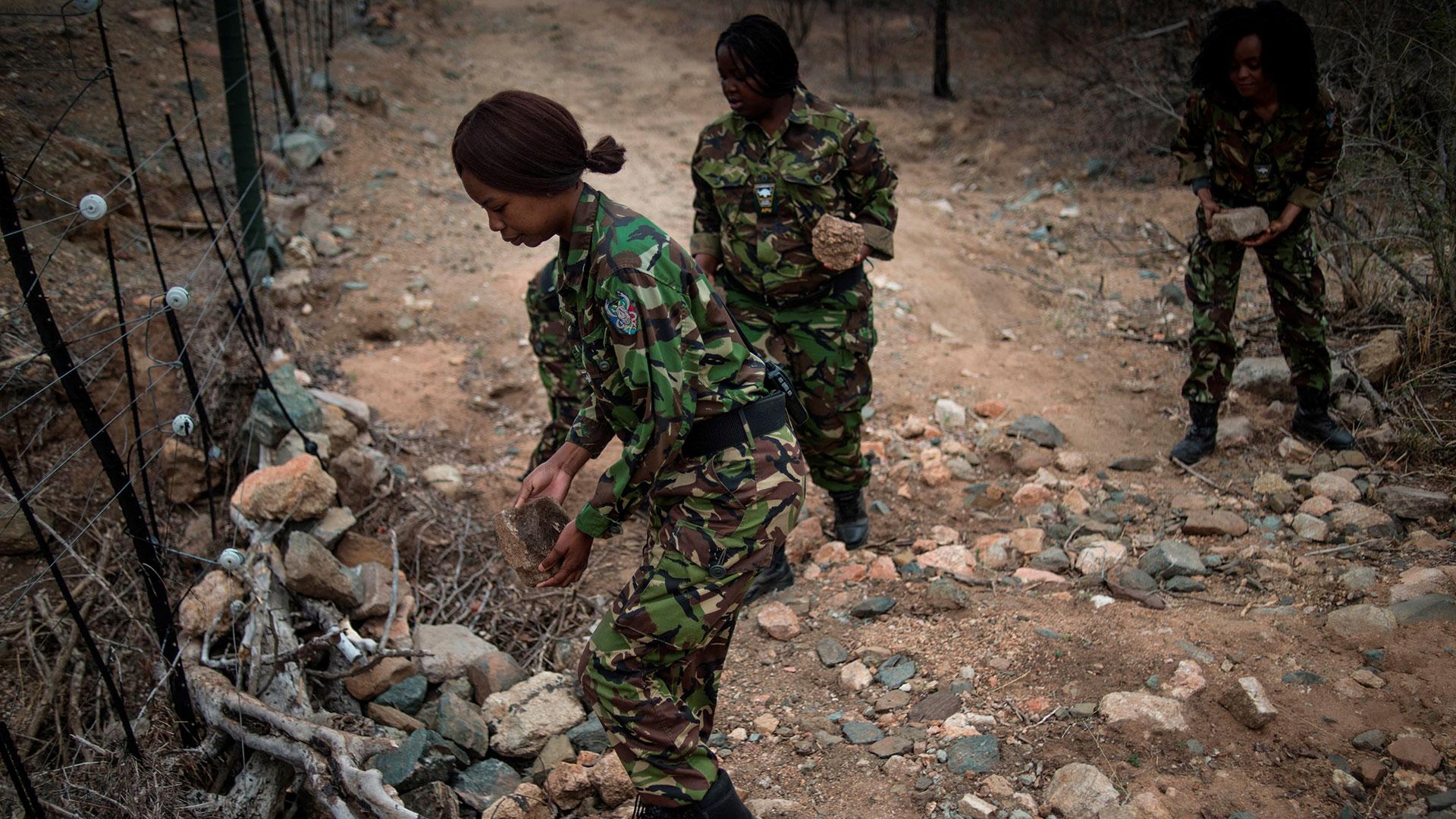 Las Black Mambas, patrullando las vallas que protegen la reserva natural de rinocerontes (AFP)