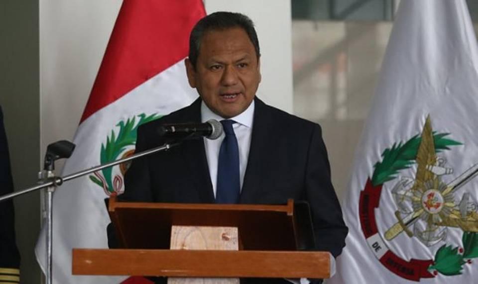El ministro de Defensa peruano, Mariano González, deja el cargo por conflictos de interés y sentimentales.