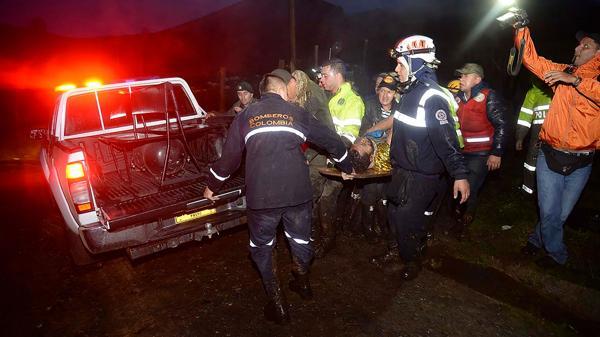 Los trabajos de rescate entre la lluvia y las complicaciones del terreno (AFP)