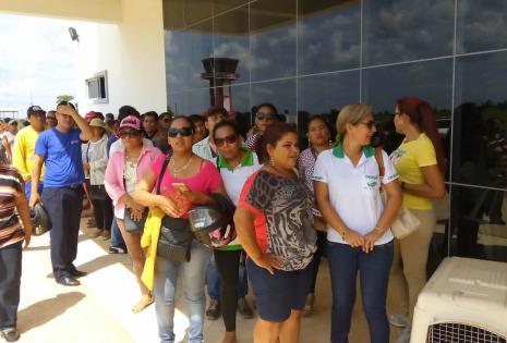 Amigos y familiares del capitán de LaMia, Miguel Quiroga, esperan la llegada de sus restos en el aeropuerto de Cobija