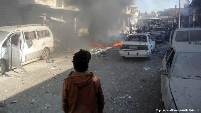 Humo se levanta después de que fuerzas del régimen de Assad realizaran un ataque aéreo sobre un mercado en el districto de Kafr Nabl, en Idlib, Siria.