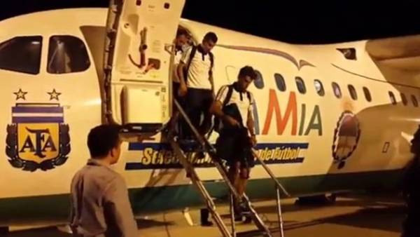 Selección. Los jugadores bajan del AVRO que los llevó y trajo de Brasil y que se estrelló en Medellín. (Captura Twitter @Argentina)