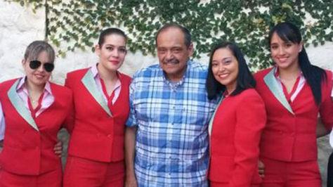 Gustavo Vargas Gamboa, gerente de la empresa LaMia, junto a funcionarias de su empresa en una fotografía publicada en la cuenta de la firma en Twitter.