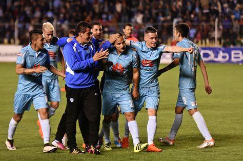 Integrantes de Bolívar celebran el gol de Leonel Justiniano que abrió la cuenta ante Real Potosí.
