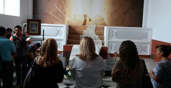 Un grupo de asambleístas visitó la tumba de Julio Terrazas en la cripta de la catedral