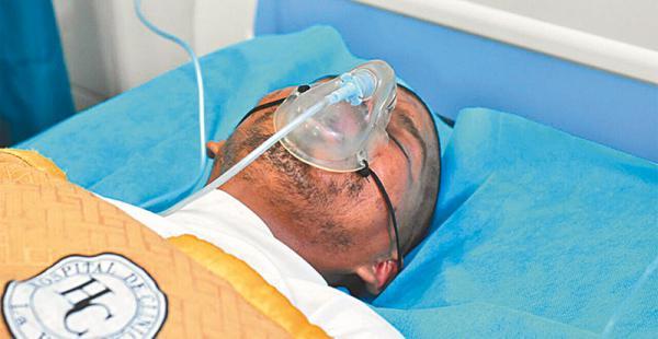 acusado de infanticidio por la  muerte de            su hija  de siete  años de edad José Luis  Choque en el Hospital de Clínicas de La Paz recibe respiración asistida