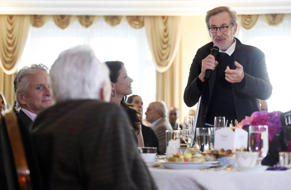 Entre los invitados a la gran fiesta del centenario de Kirk Douglas, el director Steven Spielberg, que dirige unas palabras al actor mientras Michael Douglas mira a su padre.