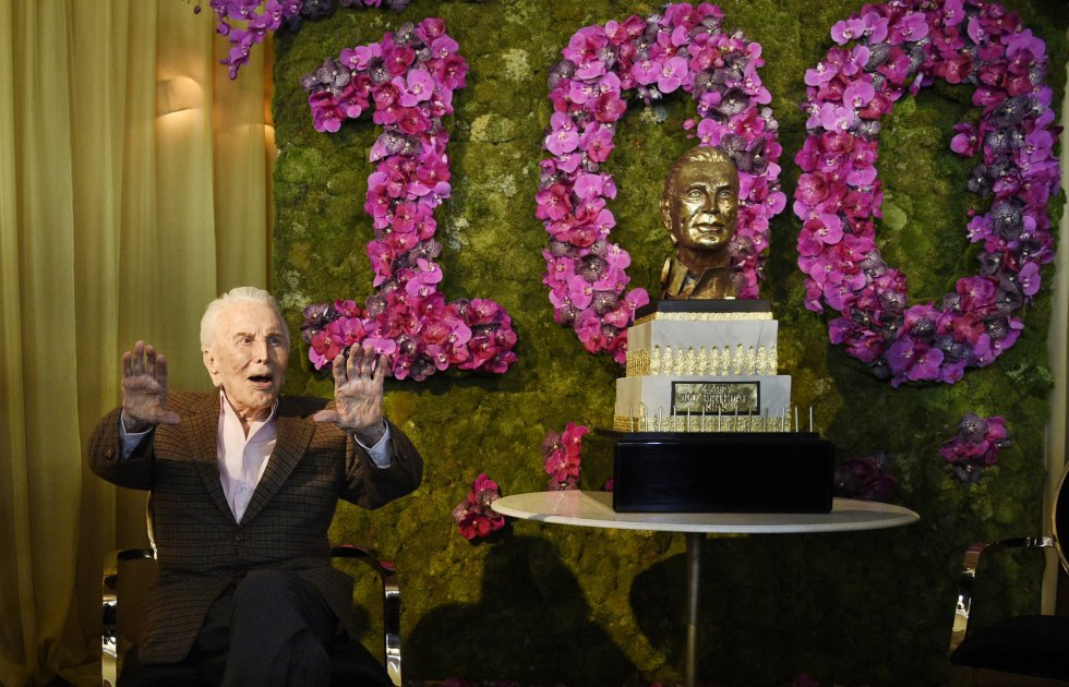 Kirk Douglas, el hijo de emigrantes rusos que llegó a gran estrella de Hollywood, agradece los aplausos de los invitados a su cumpleaños. A pesar de su enorme magnetismo en pantalla, Hollywood solo se lo reconoció con un Oscar honorífico.