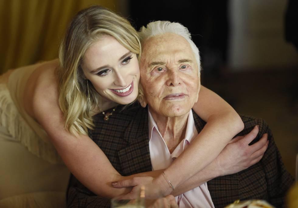 Kirk Douglas, con su nieta Kelsey. Douglas ha tenido cuatro hijos, el mayor es Michael, actor.