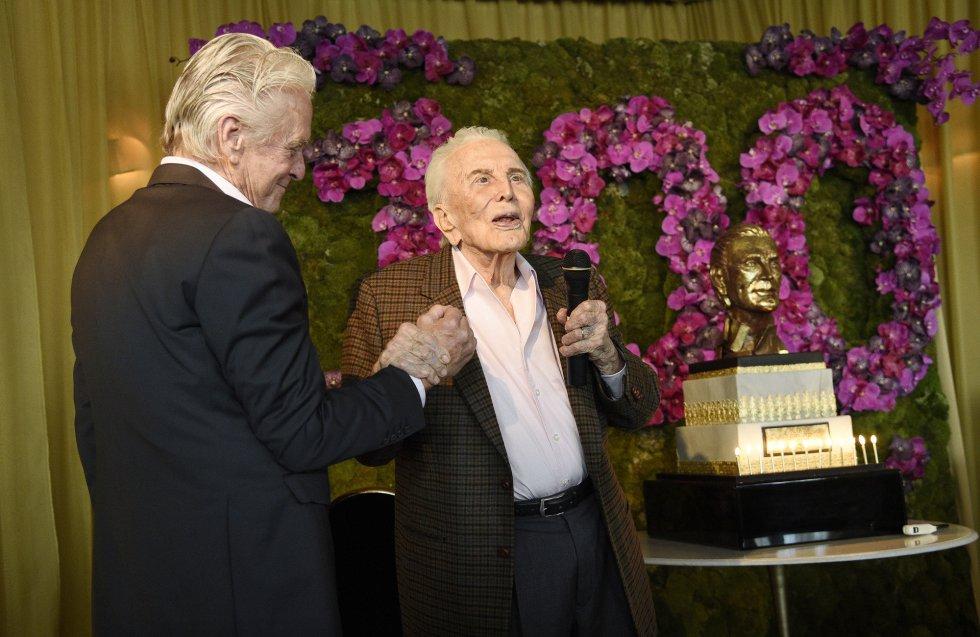 El protagonista de la fiesta se dirige a los invitados a su celebración de sus 100 años.