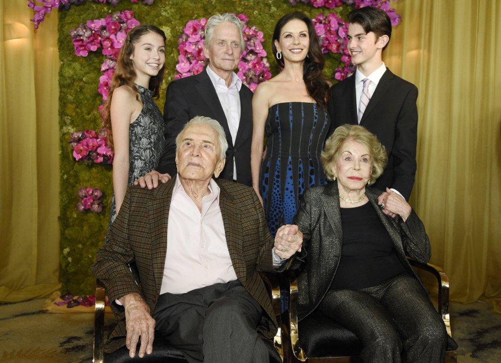 Foto de Kirk Douglas con su familia, junto a su esposa, Anne Douglas y, detrás, su hijo Michael, la esposa de este Catherine Zeta-Jones, y los hijos de ambos Carys Zeta Jones y Dylan.