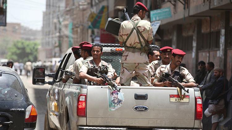 Los militares yemeníes patrullan las calles de Adén