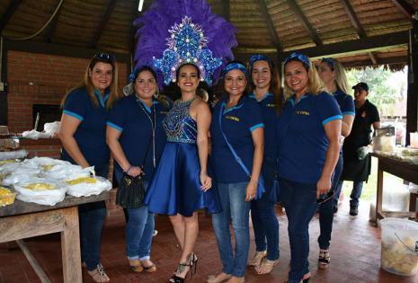 Oriana acompañada de sus damas Piltrafas