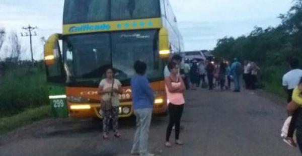 Largas filas de flotas, camiones de alto tonelaje y otros vehículos se hallan obstaculizados en San Ramón