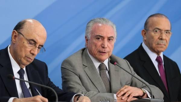 Duro. El presidente de Brasil, Michel Temer (centro), junto a los ministros Henrique Meirelles (izquierda) y Eliseu Padilha (derecha) en Brasilia. DPA