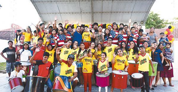 Niños y jóvenes de la organización Talento Urbano, junto a algunos padres de familia que los apoyan