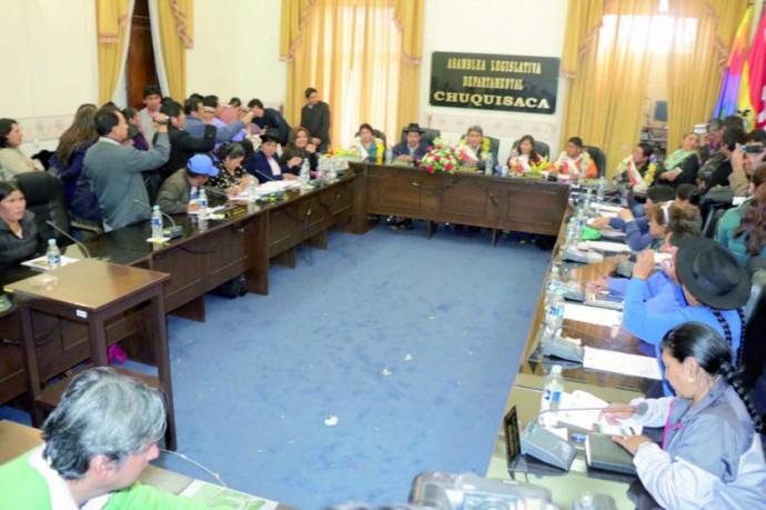 SESIÓN. Los asambleístas remiten comunicación interna a Gobernador.