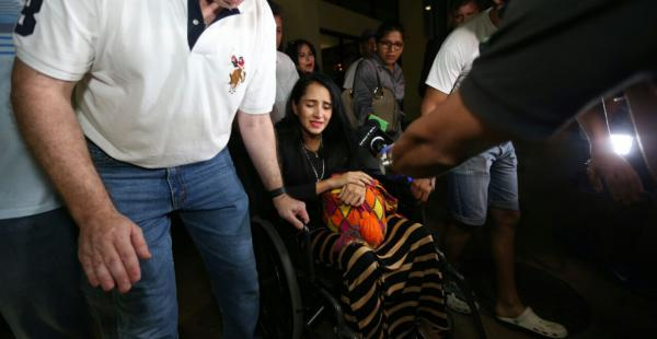 La azafata Ximena Suárez salió del aeropuerto a las 02:30 de este lunes. Foto: Fuad Landívar