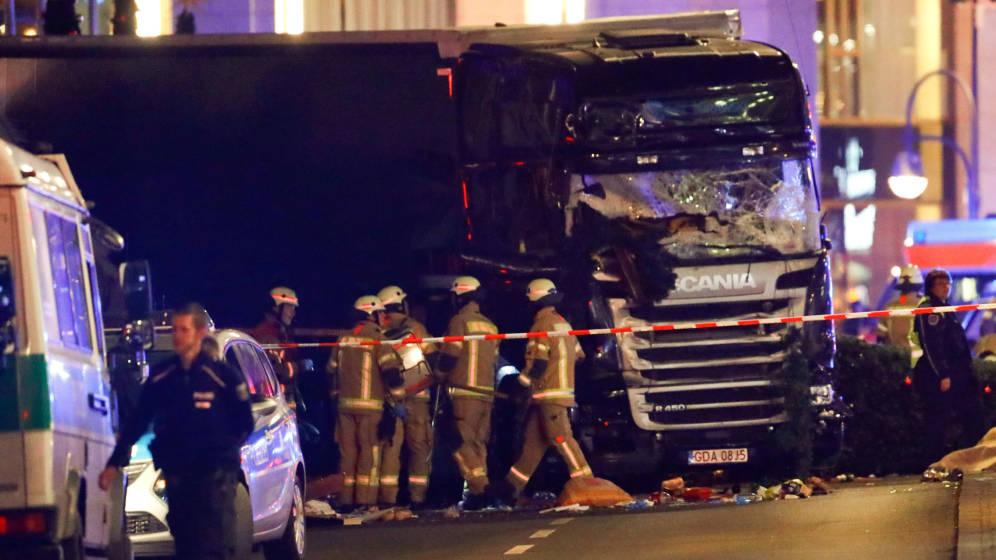 Resultado de imagen para Nueve muertos y decenas de heridos atropellados por un camión en un mercado de Navidad en Berlín