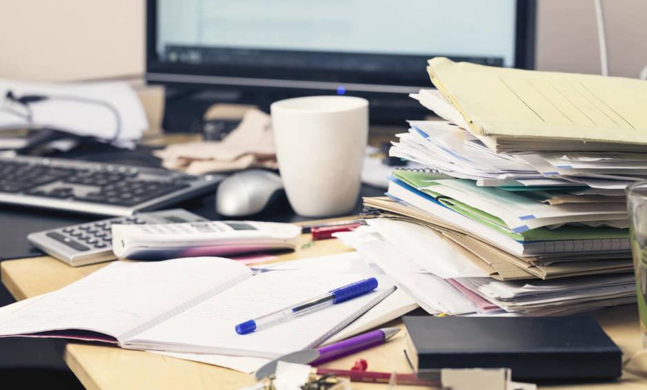 Típico escritorio de una persona inteligente. (iStock)