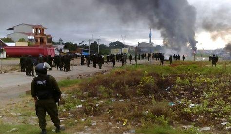 Así fue el enfrentamiento entre los efectivos policiales y los pobladores de Entre Ríos, la mañana de este sábado. Fotos: Eloy Galindo.