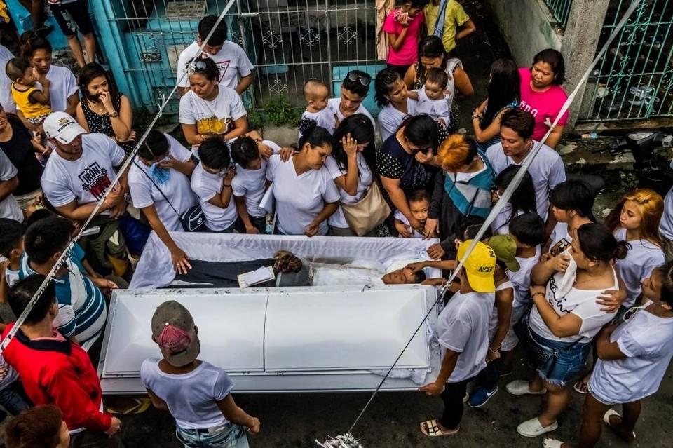 Familiares y amigos lloran en el funeral de Benjamin Visda, de 43 años, que salió de una fiesta de cumpleaños para comprar algo y nunca regresó. Fue asesinado.
