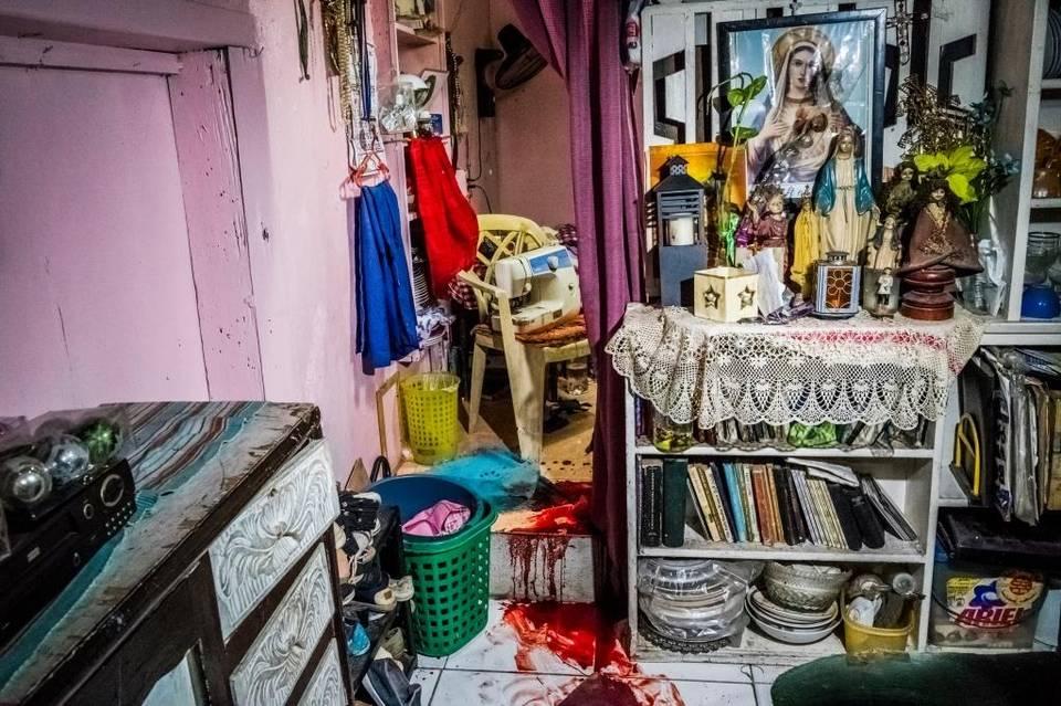"""La sangre de Florjohn Cruz, de 34 años, manchó el piso de la sala de su casa en Manila.""""Nanlaban"""" es el nombre que da la policía a un caso en que el sospechoso se resiste al arresto y termina muerto. Lo que dicen que hizo Cruz."""